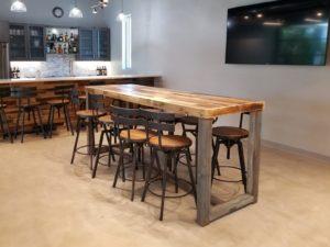 Барная стойка из дерева и стол из восстановленного дерева