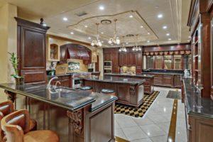 Большая кухня в венецианском стиле