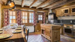Интерьер кухни из дерева в стиле шале