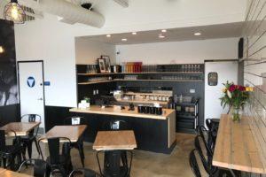 Кафе с мебелью из дерева и клеенного бруса
