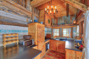 Кухня для частного дома в стиле шале