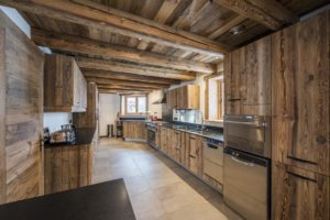 Кухня из натурального дерева в стиле шале
