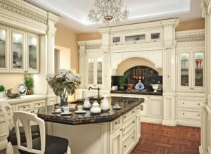 Кухня в классическом стиле белое дерево и черный камень