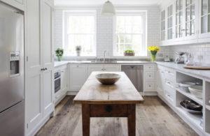 Кухня в стиле неоклассика из дерева