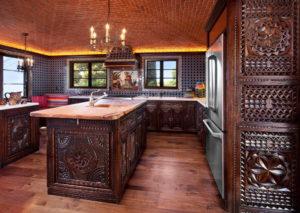Кухня в восточном стиле с элементами резьбы