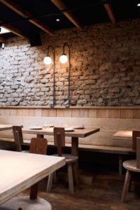Ресторан с мебелью из дерева