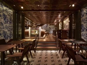 Ресторан в гостинице мебель из натурального дерева