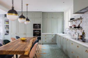 Светлая кухня в эклектичном стиле