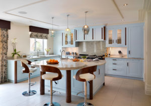 Светлая кухня в голубых тонах стиль арт-деко