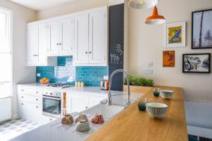 Светлая кухня в стиле ретро