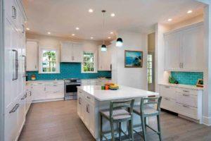 Светлая просторная кухня в стиле моря