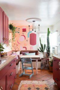 Светло-бордовая кухня в стиле бохо