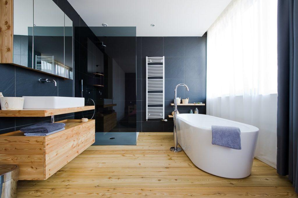 Ванная комната мебель и пол из массива дерева