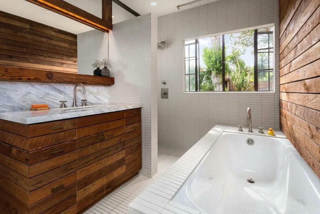 Ванная комната с мебелью из дерева
