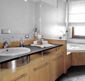 Ванная комната с мебелью из натурального дерева
