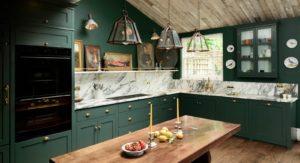 Зеленая кухня для дома в английском стиле