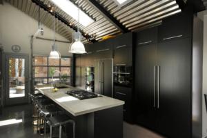 Черная кухня лофт для частного дома