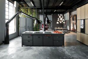 Черная кухня в индустриальном стиле лофт
