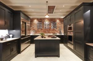 Дизайн темной кухни в стиле лофт и кирпичные стены