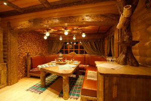 Интерьер бани с мебелью из дерева