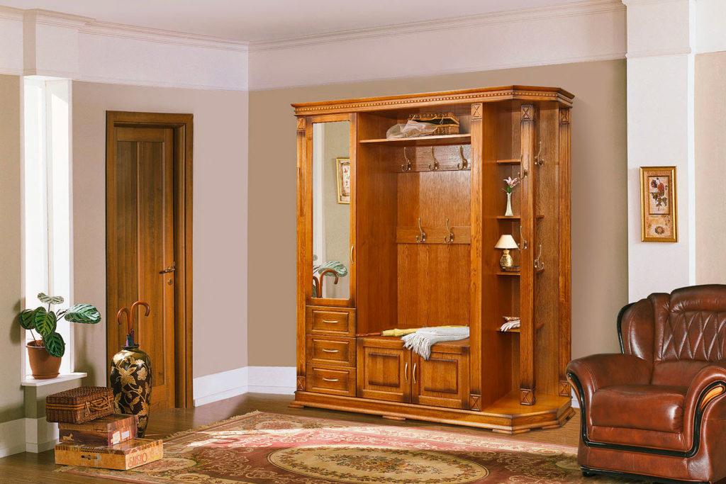 Интерьер прихожей с мебелью из массива дерева