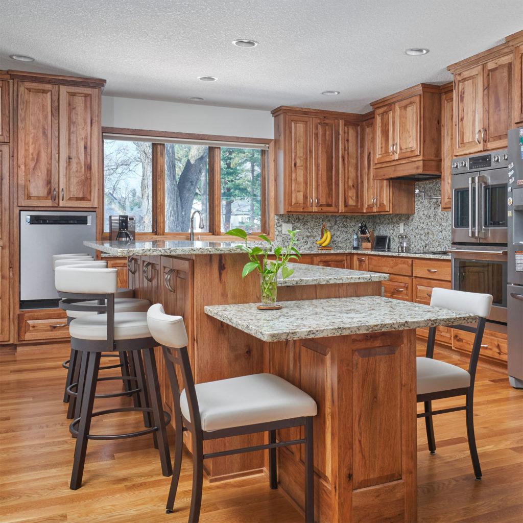Кухня рустик из массива дерева столешницы из камня