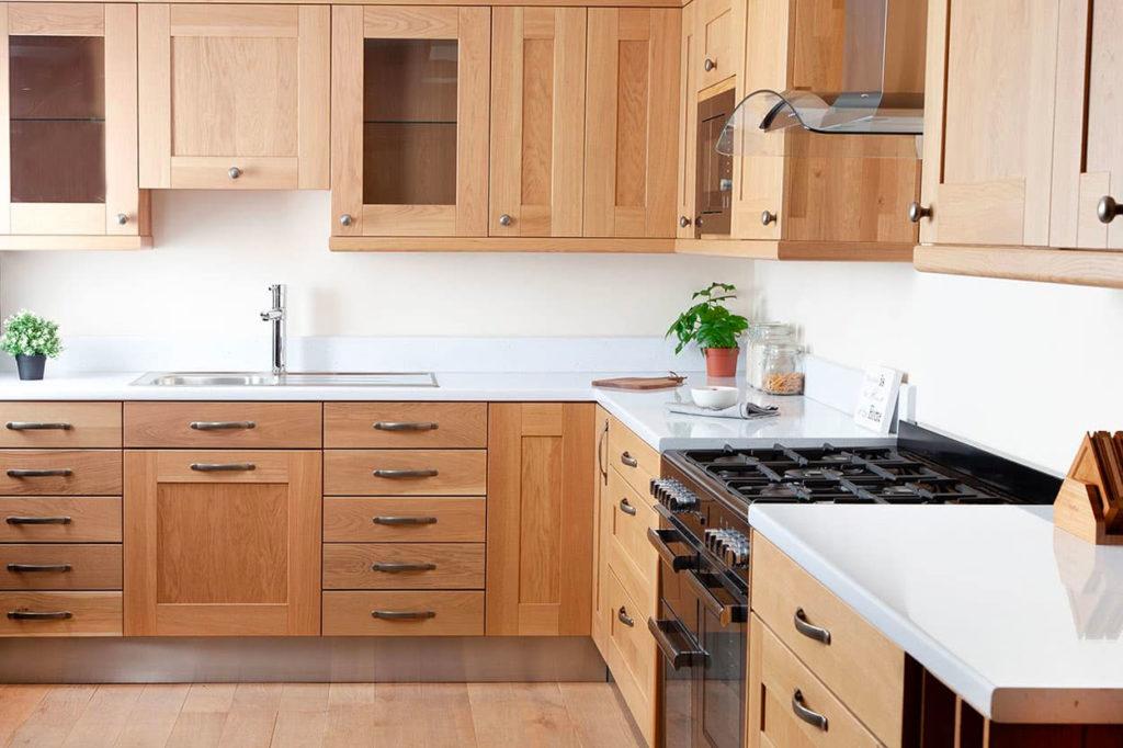 Кухня с белыми столешницами