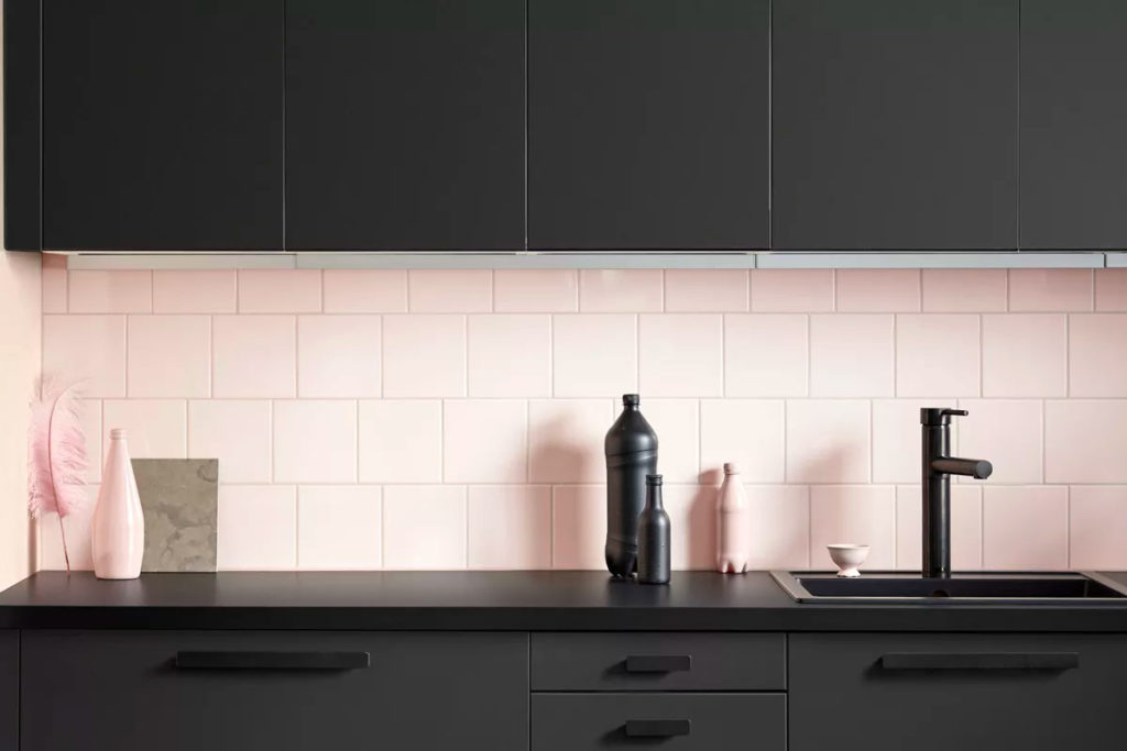 Кухня в черном цвете с пластиковой столешницей