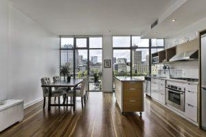 Кухня в квартиру в стиле лофт дизайн два окна