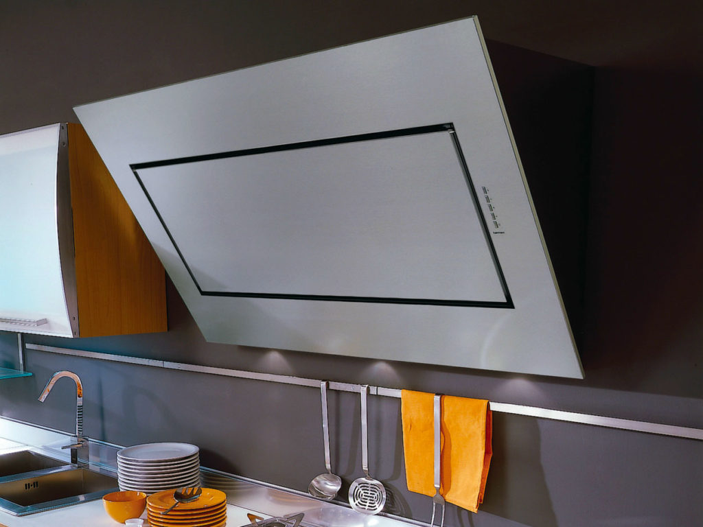 Наклонная вытяжка на кухне