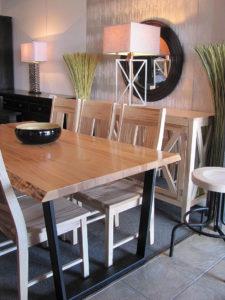 Стол со столешницей из натурального дерева