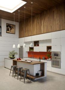 Светлая кухня лофт с деревянными панелями