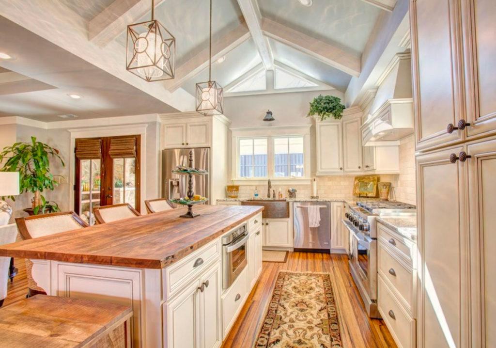 Светлая кухня со столешницей из дерева
