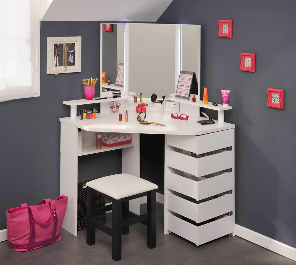 Угловой туалетный столик с трехстворчатым зеркалом