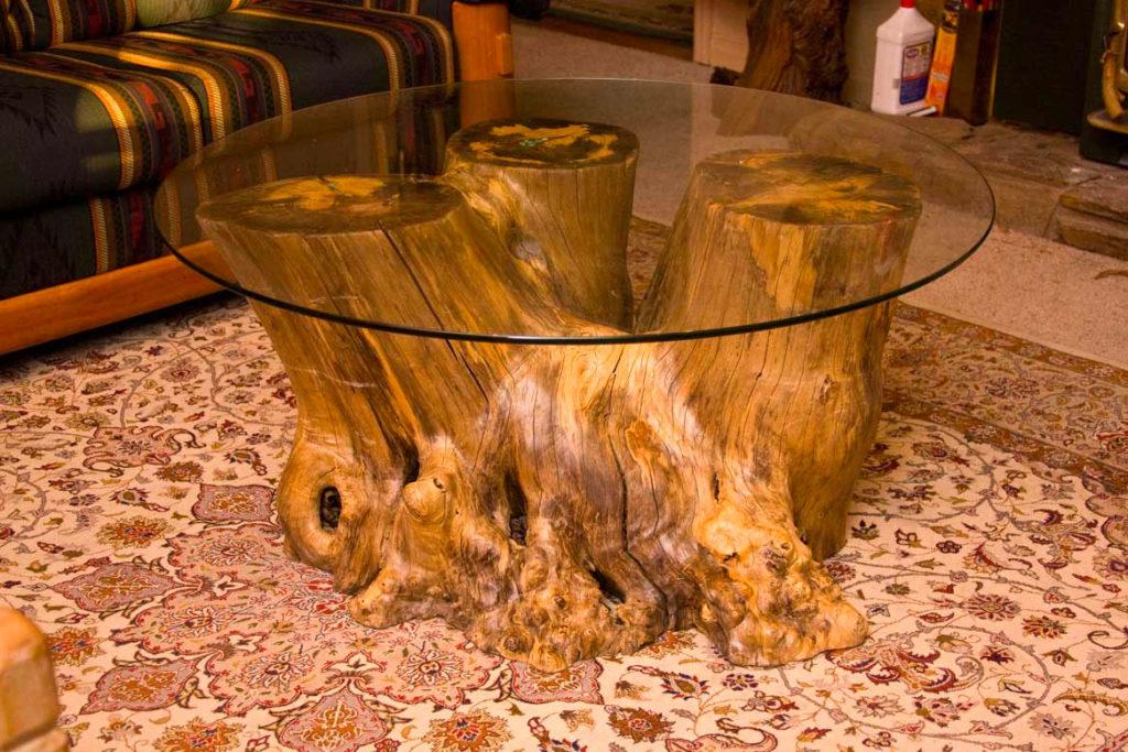 Столик из пня со стеклянной столешницей