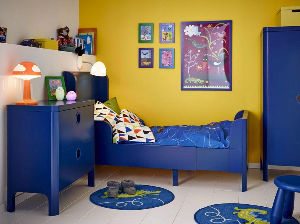 Детская комната с синей мебелью