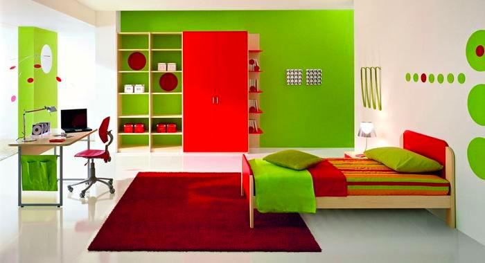 Детская спальня в красно-зеленом цвете