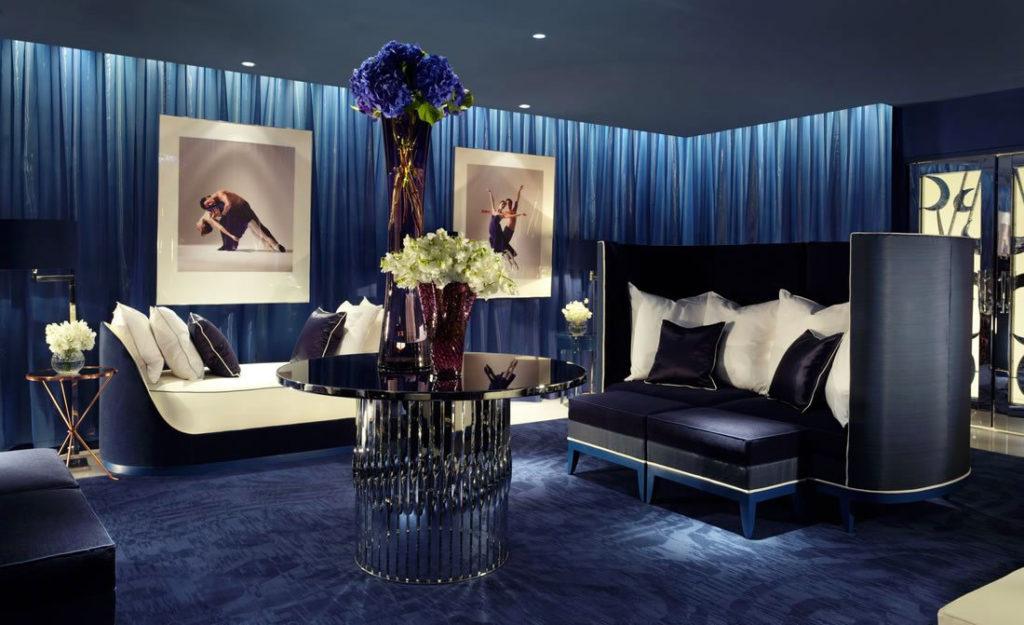 Гостиная комната в темно-синем цвете