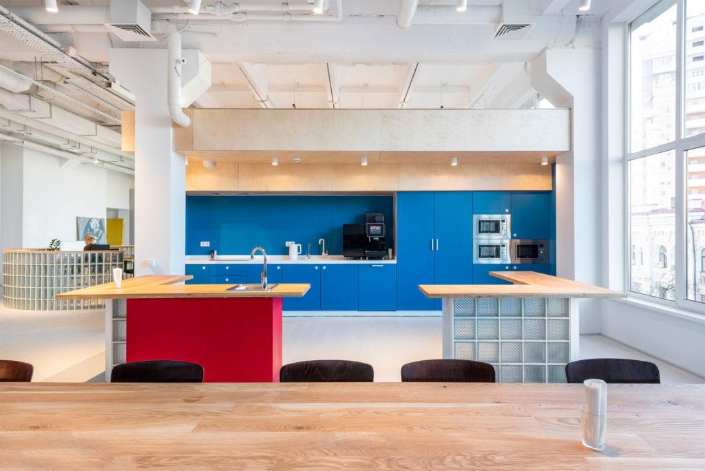 Интерьер кухни с синими фасадами