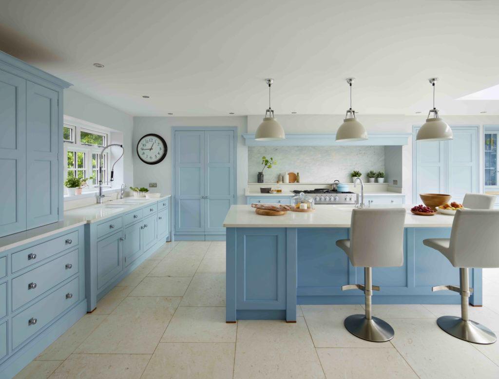 Интерьер кухни в голубых тонах