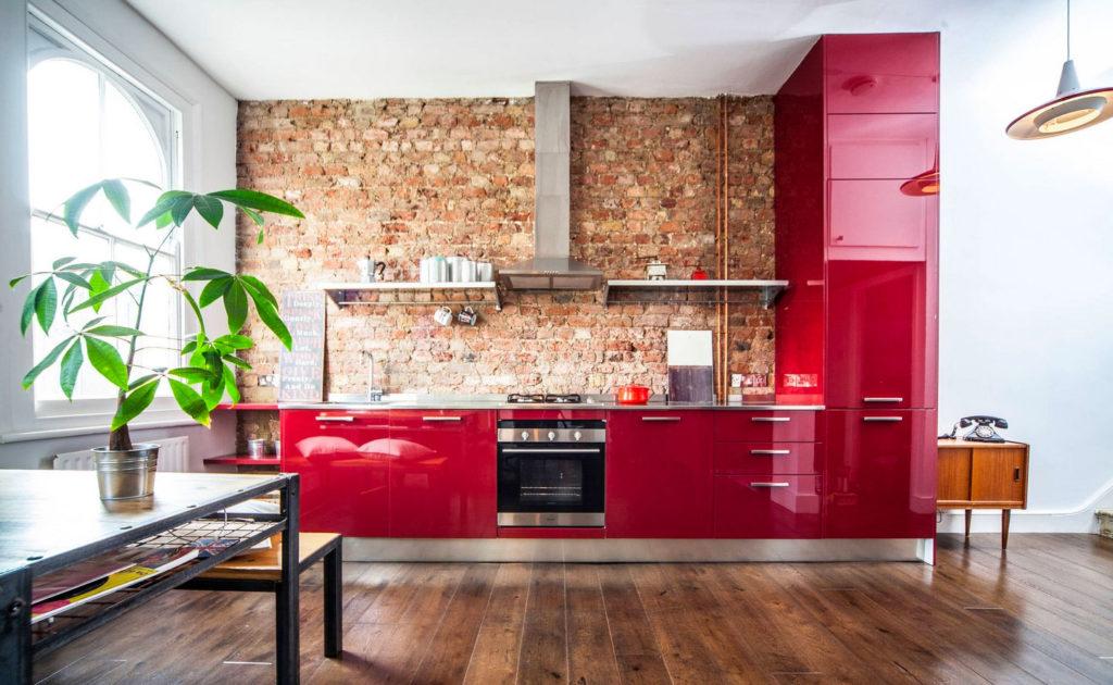Интерьер кухни в вишневых тонах