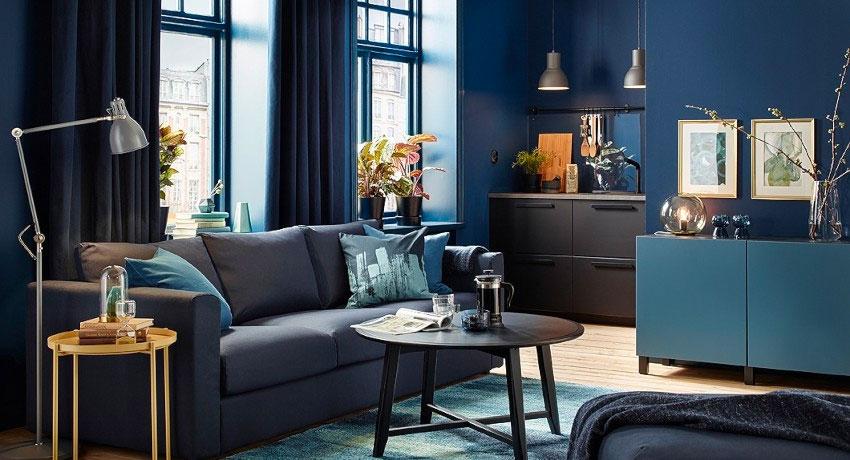 Интерьер синей гостиной комнаты