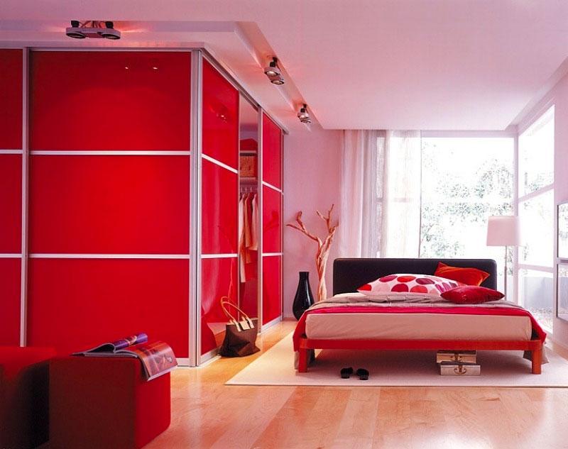 Интерьер спальни с мебелью красного цвета