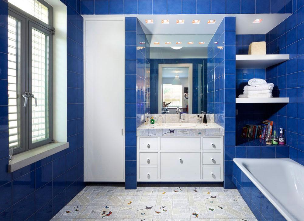 Интерьер ванной белая мебель синие стены
