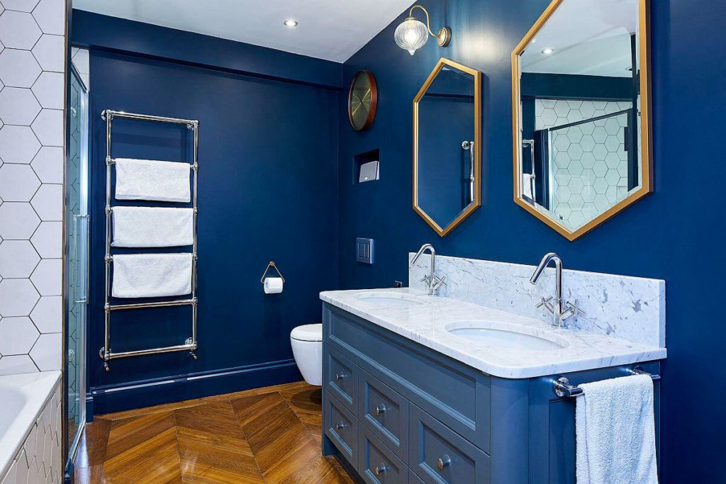 Интерьер ванной с синей мебелью
