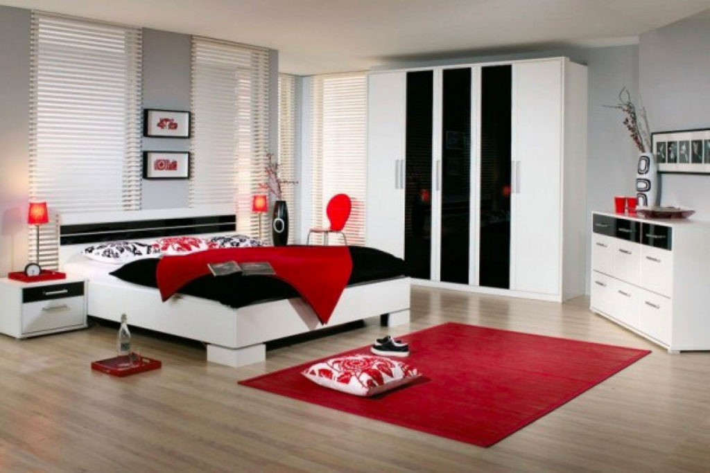 Красный цвет в интерьере белой спальни