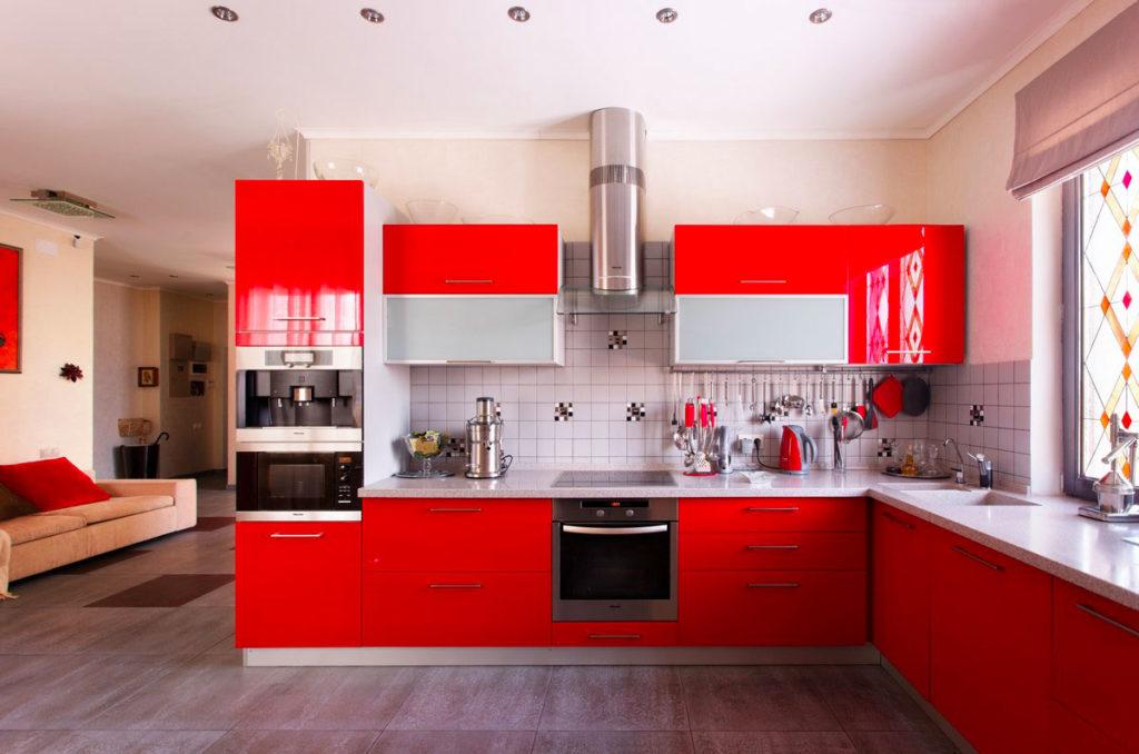 Красный и белый цвета в кухне