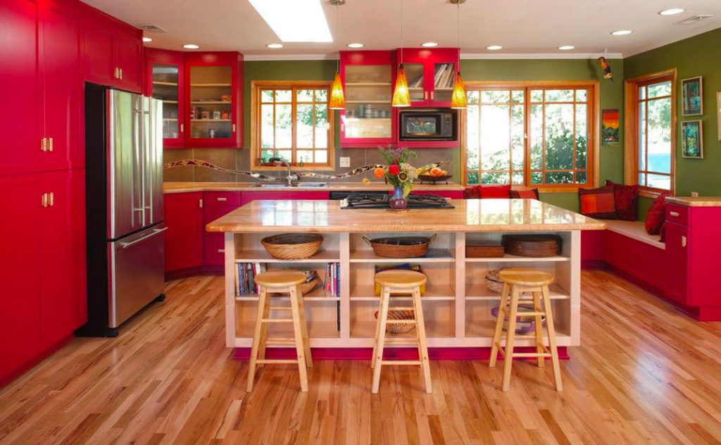 кухня с островом красно-зеленые цвета