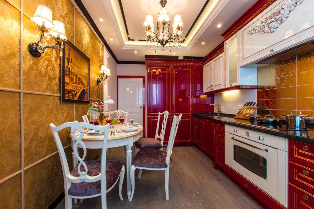 Кухня в красном и золотом цвете