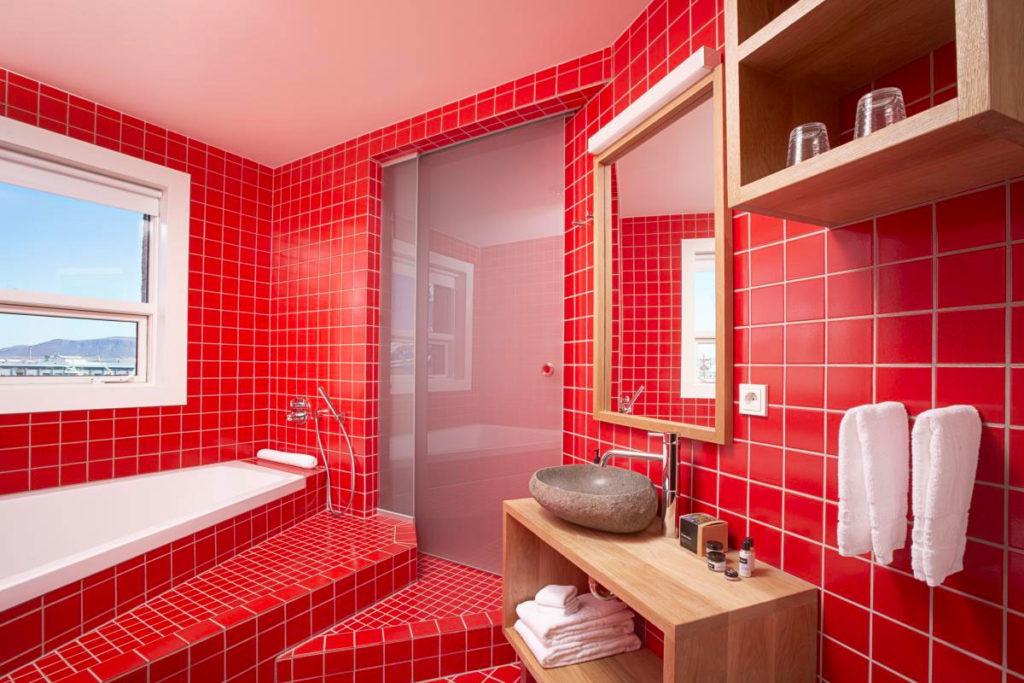 Мебель из дерева в красной ванной комнате